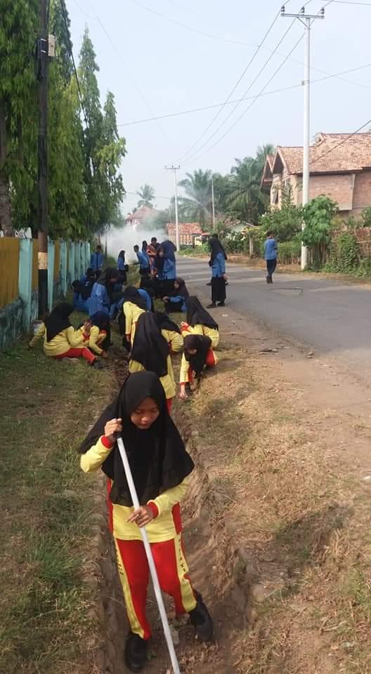 Lahatonline Smp Negeri 1 Kikim Timur Gotong Royong Bersihkan Sekolah Lahat Online
